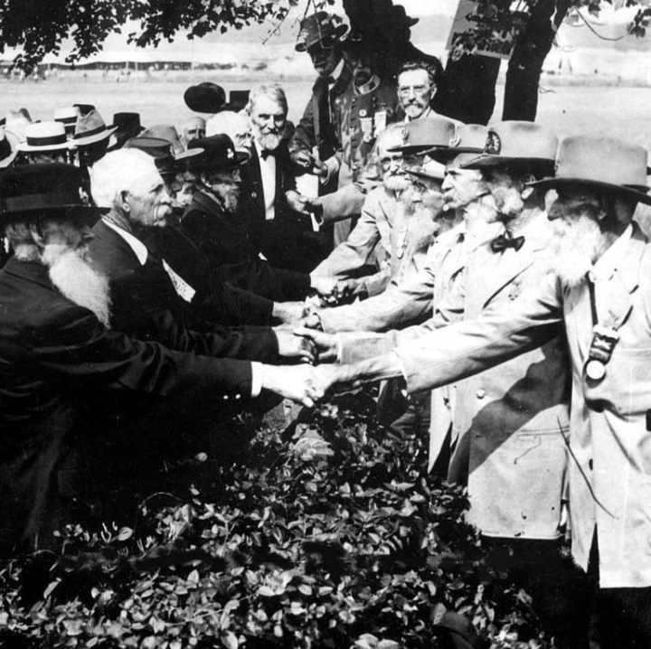 American civil war veterans shaking hands with each other at the 50th anniversary of the battle of Gettysburg in 1913